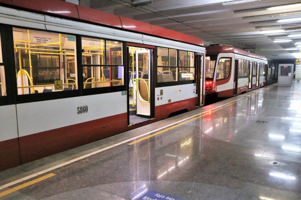 Wołgograd. Szybki Tramwaj. Nowy tramwaj 71-623 UKWZ wyprodukowany w Ust-Katawskim Wagonostroitielnym Zawodie na peronie stacji końcowej Jelszanka. Obecnie na linii Szybkiego Tramwaju jeździ 20 takich wozów dostarczonych przed Mundialem w 2018 r.