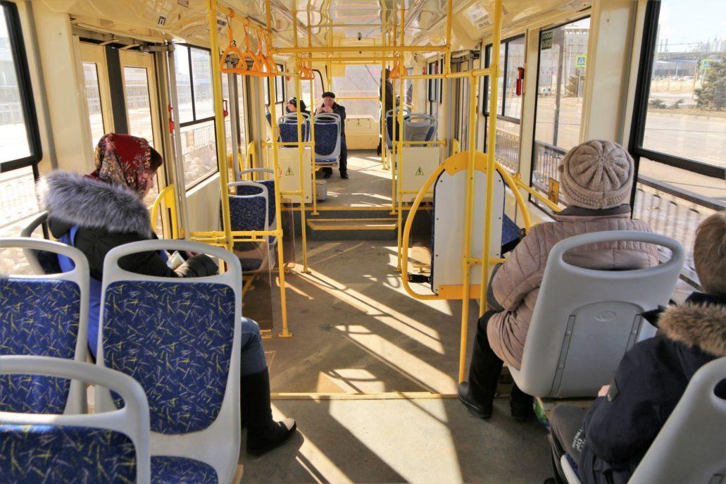 Wołgograd. Szybki Tramwaj. Wnętrze nowego tramwaju 71-623 UKWZ. Niskopodłogowa jest jedynie środkowa część wagonu. Fot. Jerzy S. Majewski