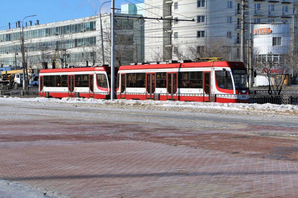 Wołgograd. Szybki Tramwaj. Odcinek naziemny. Nowy tramwaj 71-623 UKWZ wyprodukowany w Ust-Katawskim Wagonostroitielnym Zawodie. Zdjęcie wykonałem w pobliżu stadionu zbudowanego na Mundial. Fot. Jerzy S. Majewski
