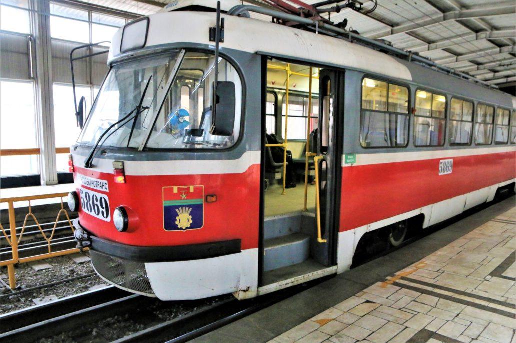 Wołgograd. Szybki Tramwaj. Wagon MTTA2, Tatra w wersji dwudrzwiowej modernizowana w Tramwajowym Zakładzie Remontowym w Moskwie. Ostatnie takie wozy dotarły do Wołgogradu przed Mundialem w maju 2018 r. Zmodernizowane w Moskwie Tatry mają w sobie to coś! Niestety ich grzechem pierworodnym jest to, ze nie są niskopodłogowe. Zdjęcie na stacji Pionierskaja. Fot. Jerzy S. Majewski