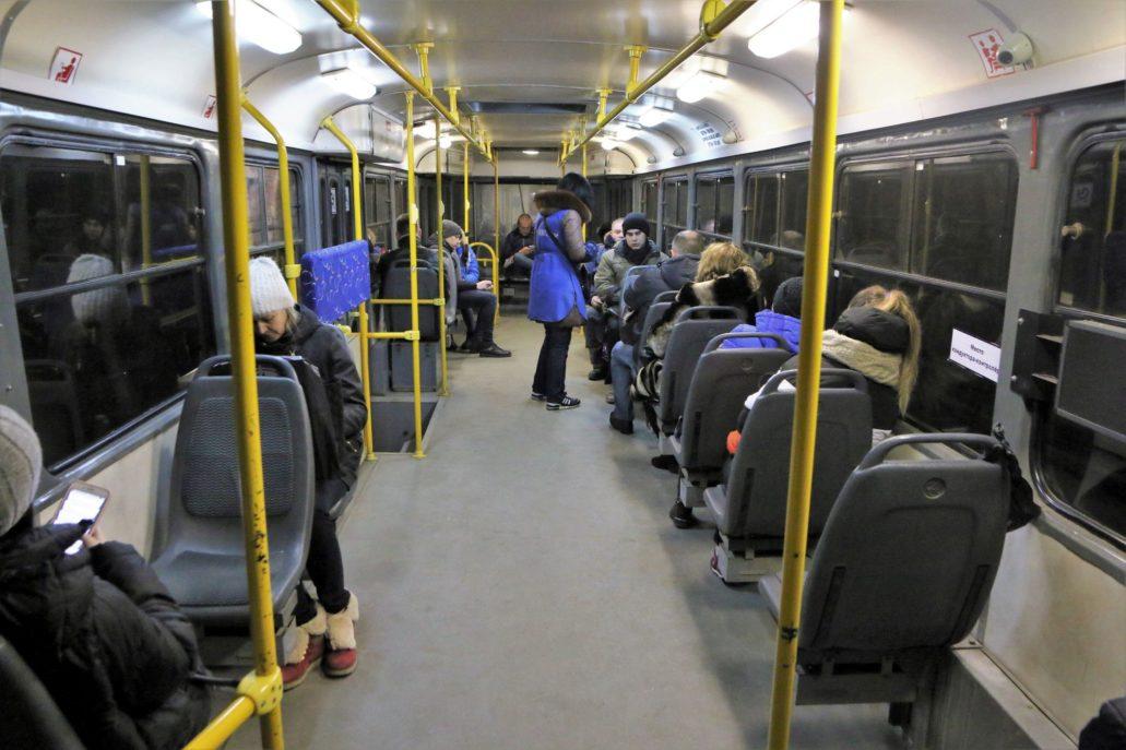 Wnętrze zmodernizowanej w Moskwie Tatry MTTA2 w wersji dwudrzwiowej. Widoczna konduktorka sprzedająca bilety. Fot. Jerzy S. Majewski
