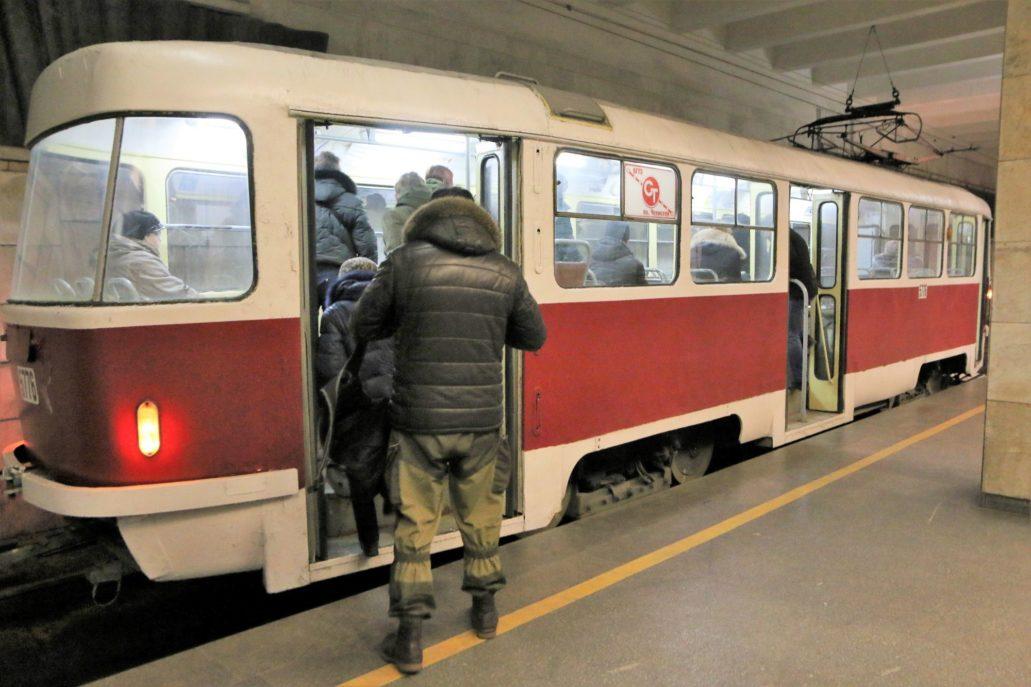 Wołgograd. Szybki Tramwaj. Tatra S3SU w wersji jednodrzwiowej na stacji Komsomolskaja. Na zdjęciu widać, że tramwaj zajechał na peron od jego lewej strony. Fot. Jerzy S. Majewski