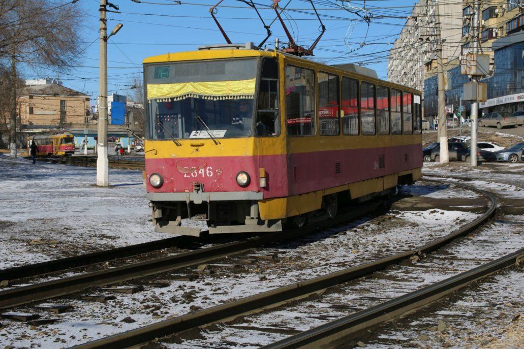 Tramwajem linii 2 dojechałem na zachodni skraj miasta. Na zdjęciu mocno zdezelowana Tatra T6BSU. Fot. Jerzy S. Majewski