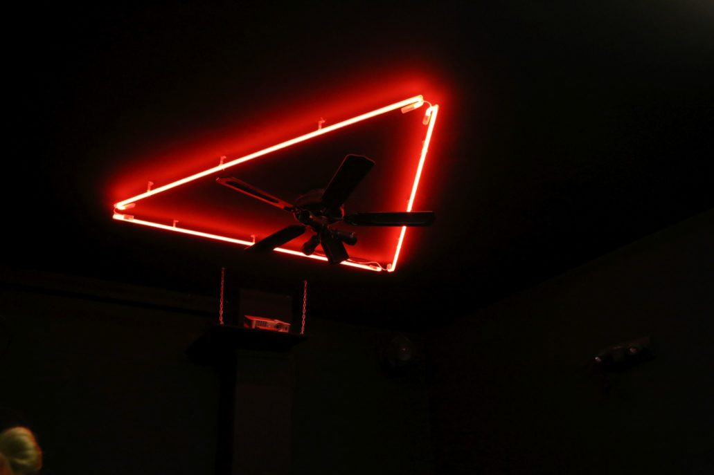 Czerwony trójkąt zawieszony na suficie w większej sali kina Amondo. Geometryczny, prosty kształt wpisuje się dobrze w estetykę minimalizmu przestrzennego. Fot. Jerzy S. Majewski.