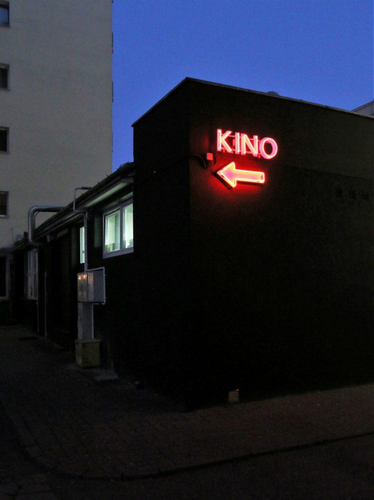Najnowszy neon wskazuje drogę do lokalu, stanowiąc jednocześnie reklamę kina, wyróżniającą się z ulicy, a jednocześnie komponującą się z pozostałymi neonami Żurawiej. Fot. Jerzy S. Majewski.