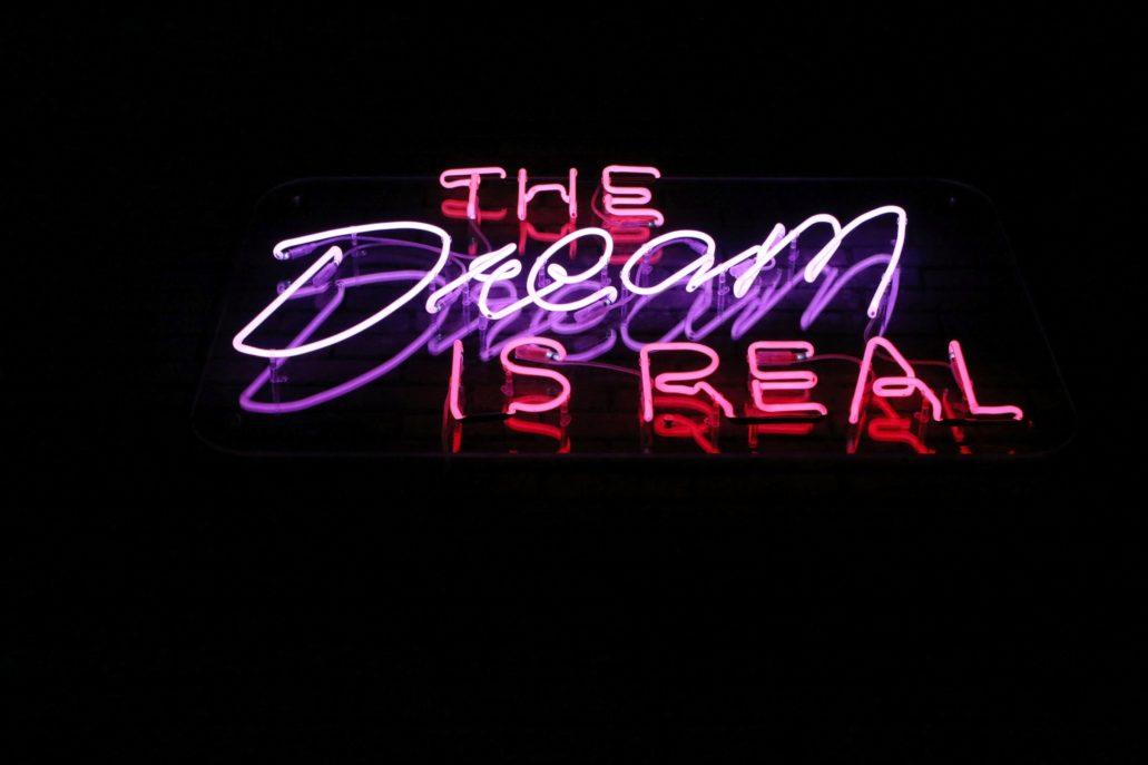 """Oryginalny, amerykański neon z napisem """"The Dream is real"""" odnosi się do naczelnego hasła Heliosa o """"kinie marzeń"""". Fot. Jerzy S. Majewski."""