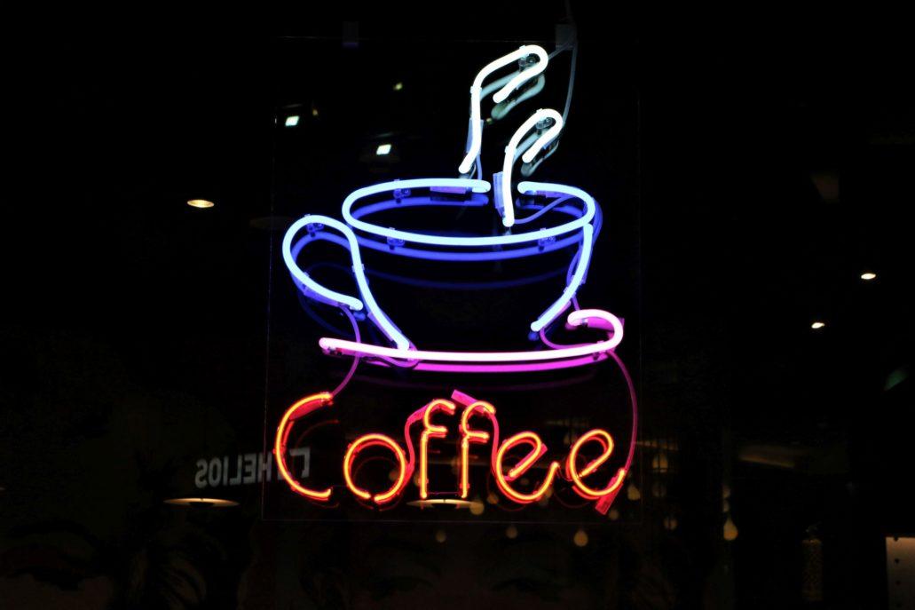 Ażurowy neon z kawiarni Helios Cafe projektu architekta Piotra Gierałtowskiego. Fot. Jerzy S. Majewski.