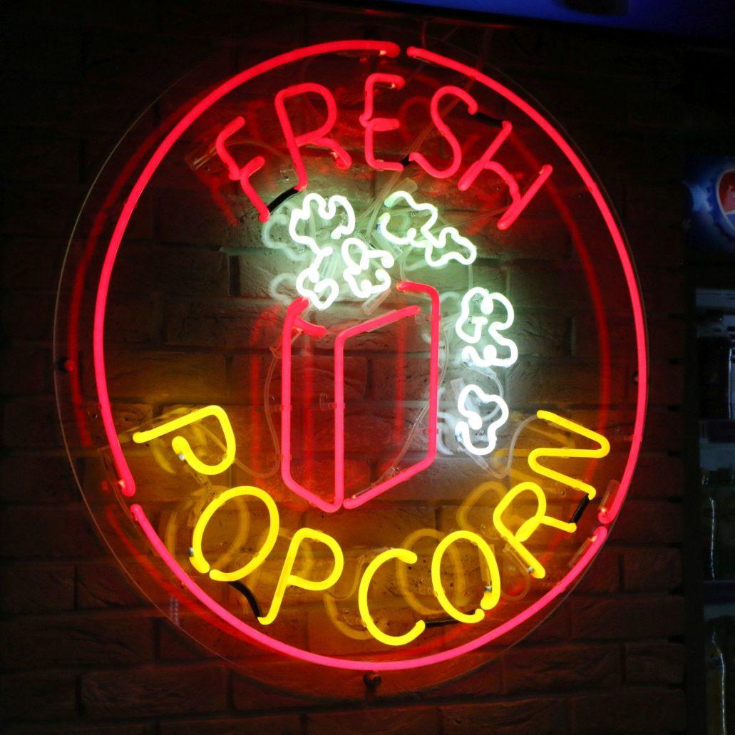 Neon barowy projektu architekta Piotra Gierałtowskiego stylistycznie nawiązuje do rzucających się w oczy, komercyjnych neonów amerykańskich. Fot. Jerzy S. Majewski.