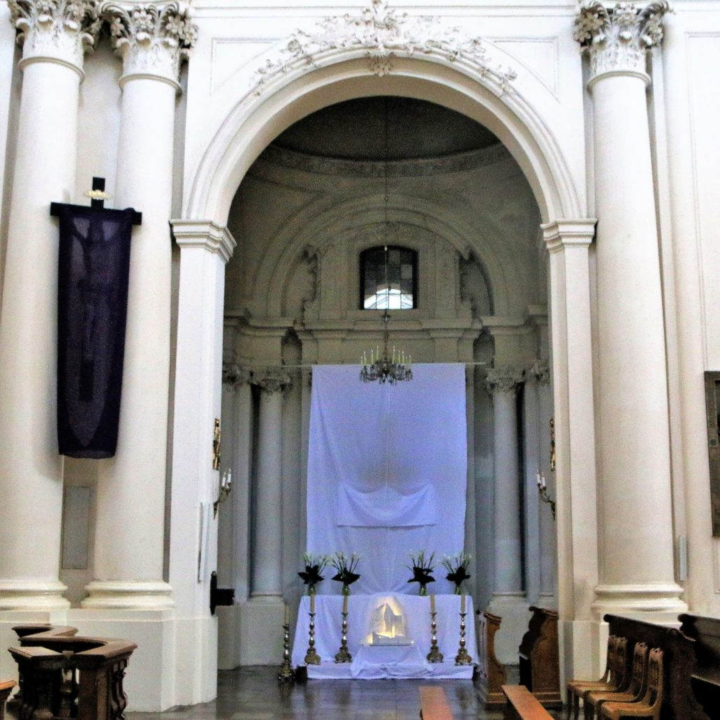 Warszawa. Kościół Wizytek. Grób Pański w prawej nawie bocznej kościoła. Fot. Jerzy S. Majewski