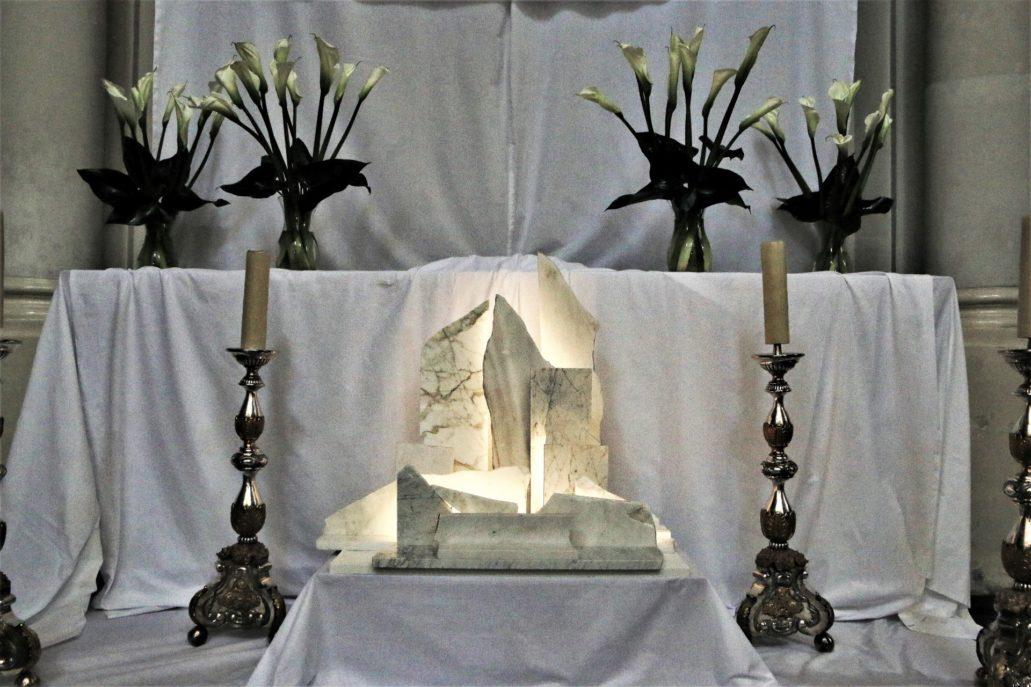 Warszawa. Kościół Wizytek. Fragment Grobu Pańskiego. Po bokach barokowe świeczniki. Fot. Jerzy S. Majewski