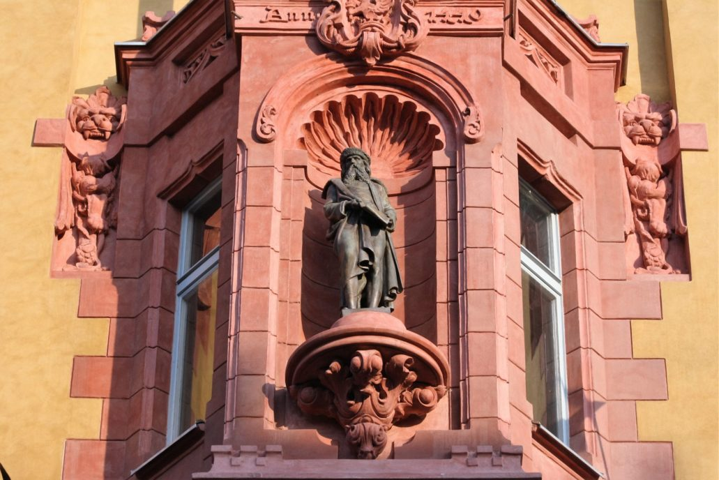 Łódź. Piotrkowska 86. Figura Johannesa Gutenberga na fasadzie kamienicy. Fot. Jerzy S. Majewski