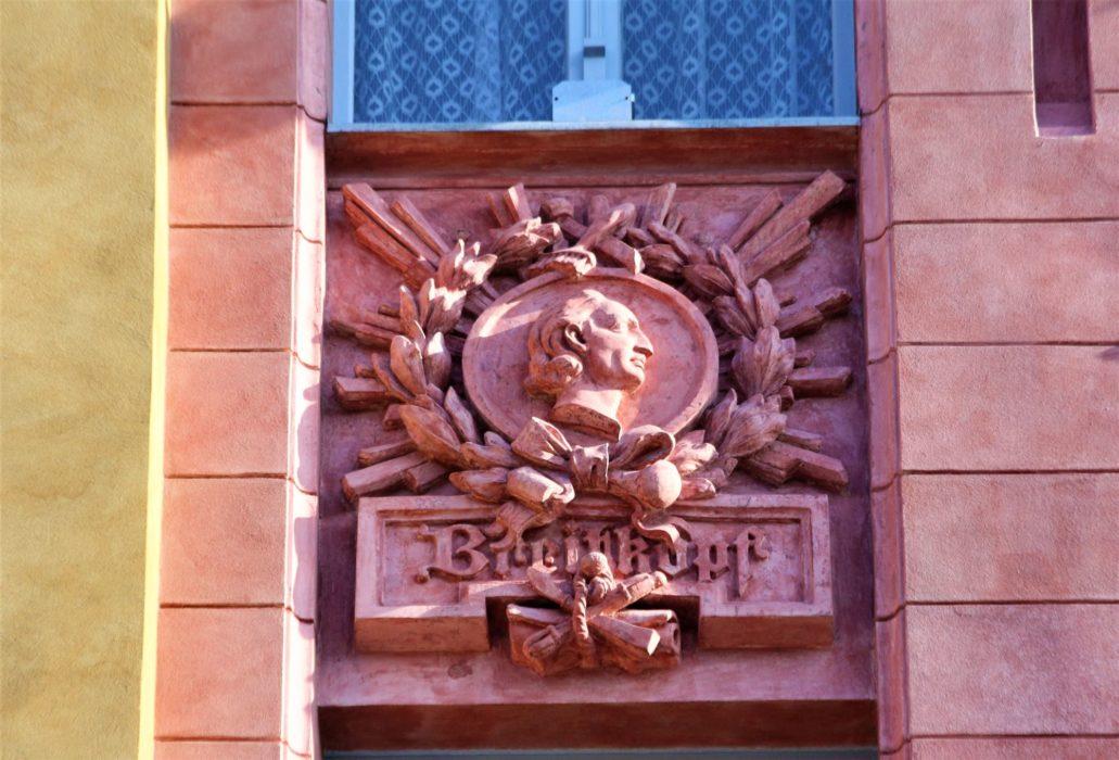 Łódź. Piotrkowska 86. Medalion na fasadzie z wyobrażeniem popiersia Bernharda Breitkopfa. Fot. Jerzy S. Majewski