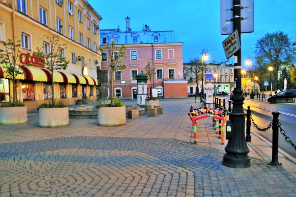 """Lublin. Plac Wolności. Z prawej """"zbombardowane"""" włóczką stojaki rowerowe, usytuowane w sąsiedztwie stacji rowerowej. Fot. Jerzy S. Majewski"""