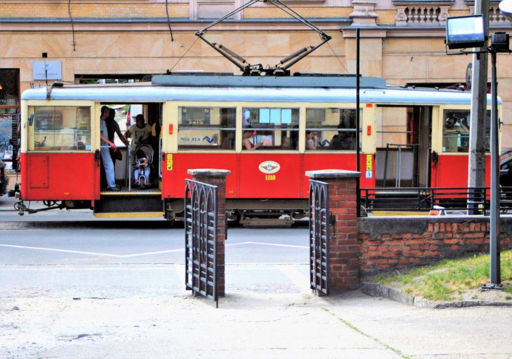 Bytom. (Tramwaje elektryczne od 1913 r.) W Bytomiu jeżdżą starsze i nowoczesne wozy Tramwajów Śląskich jednak znajdziemy tu linię wyjątkowa, którą przyjeżdżają oglądać miłośnicy tramwajów z całej Polski. To linia 38 biegnąca wzdłuż ul. Piekarskie mająca dziś zaledwie 1350 m. długości. Otwarta w roku 1913 jest jedyna w Polsce stałą linia obsługiwaną przez zabytkowe tramwaje. Na zdjęciu zabytkowy tramwaj linii 38. Fot. Jerzy S. Majewski