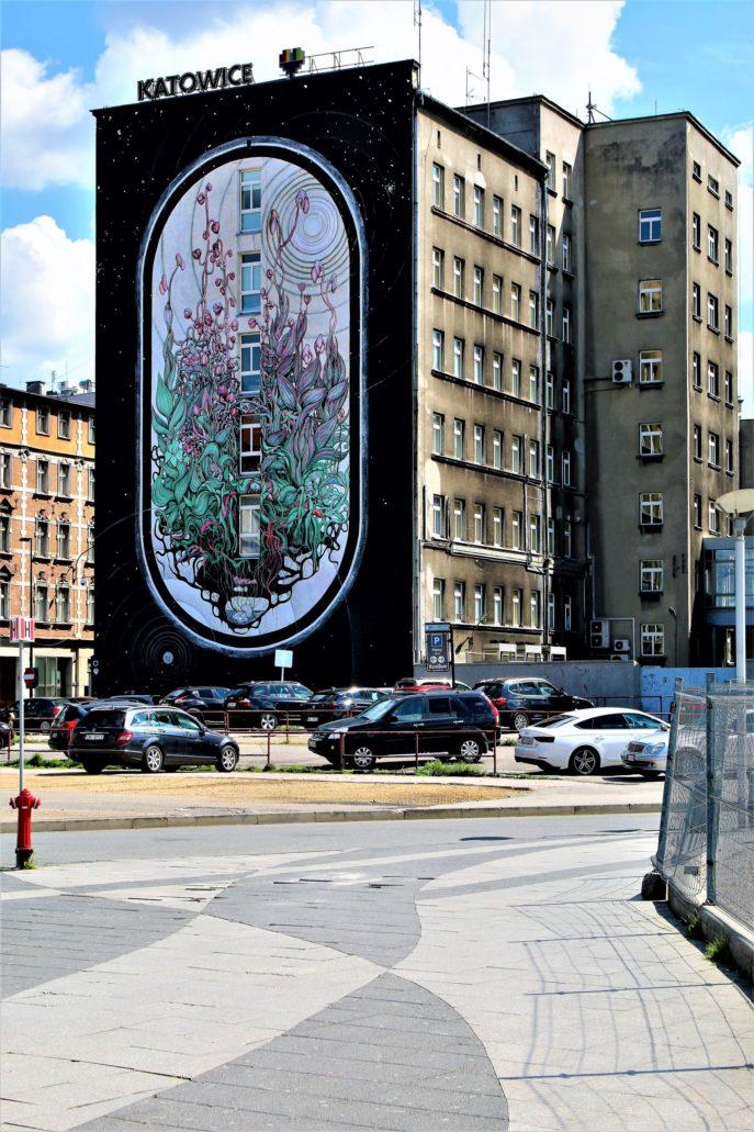 Katowice. Rozjeżdżony przez samochody, kompletnie zdewastowany chodnik przed dworcem kolejowym. Fot. Jerzy S. Majewski