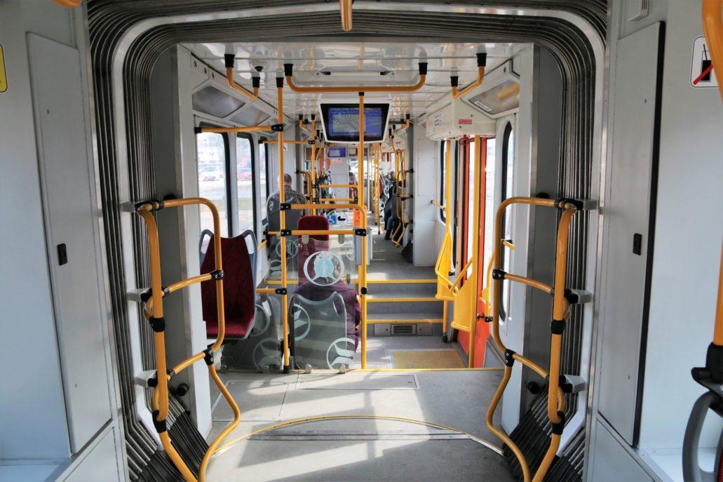 Gdańsk. (Tramwaje elektryczne uruchomione w 1896 r.) Otwarta w 2010 r. linia na Chełm ma cechy szybkiego tramwaju. Na zdjęciu wnętrze częściowo niskopodłogowego tramwaju Moderus-Beta. Powstał w wyniku modernizacji niemieckich wagonów Düwag przez poznańską firmę Modertrans. Fot. Jerzy S. Majewski