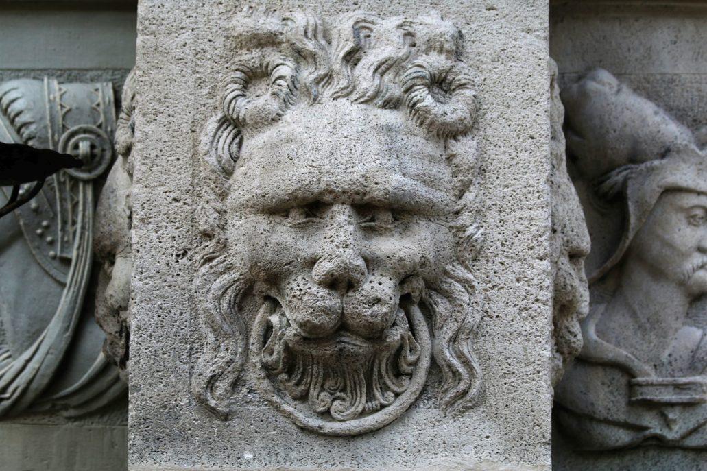 Gdańsk, Chlebnicka 16. Maska lwa na cokole kolumny w portalu Domu Anielskiego. Fot. Jerzy S. Majewski