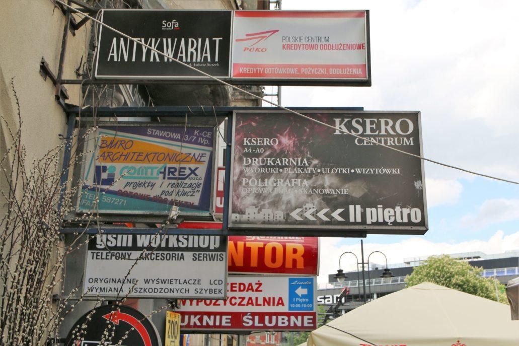 Katowice. Bramy kamienic na Stawowej nadal upstrzone są śmieciowymi szyldami i tablicami reklamowymi. Fot. Jerzy S. Majewski