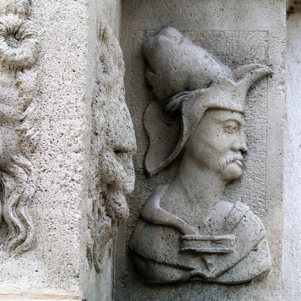 Gdańsk, Chlebnicka 16. Maska na cokole pilastra w portalu Domu Anielskiego. Fot. Jerzy S. Majewski