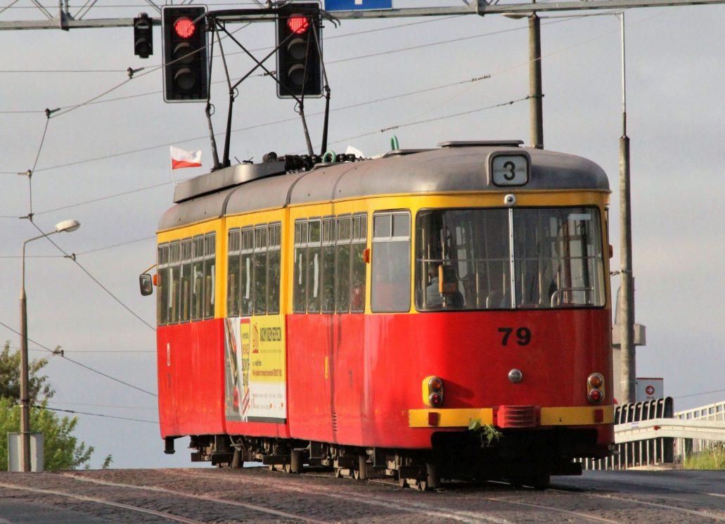 """Grudziądz. (Tramwaje elektryczne jeżdżą od 1899 r.) Grudziądz jest najmniejszym w Polsce miastem z siecią tramwajową. Nie jest długa i jak na razie liczy zaledwie 9 km. W grudniu 2018 r. """"Rynek Kolejowy"""" informował, że Grudziądz jest jednym z dwóch miasta, które dotąd nie zakupiły nowych tramwajów. Ma się to zmienić dzięki pieniądzom z Regionalnego Programu Operacyjnego dla województwa Kujawsko-Pomorskiego. Na razie nie doszło jednak do przetargu. Na zdjęciu kupiony z demobilu, stary niemiecki tramwaj Düwag GT8.Fot. Jerzy S. Majewski"""