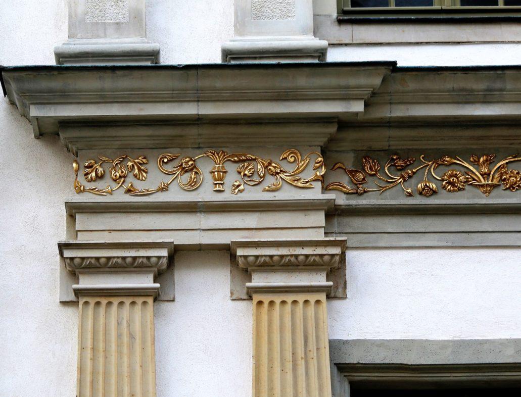 Gdańsk, Chlebnicka 16.Głowice par pilastrów dźwigających belkowanie z wyzłoconym fryzem.. Fot. Jerzy S. Majewski