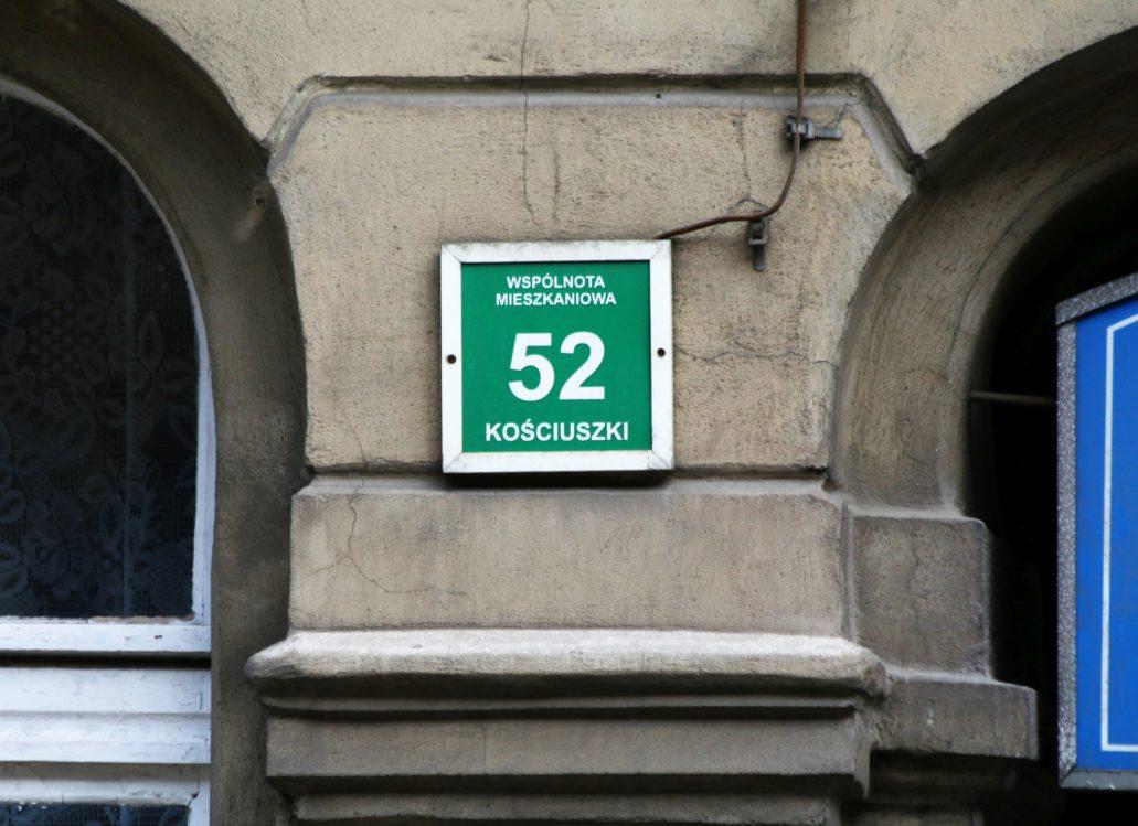 W Katowicach nie ma spójnego systemu w rodzaju warszawskiego MSI. Tabliczki z numerami domów są bardzo różne. Z reguły koszmarnie brzydkie. Tak jak tabliczka z naszego zdjęcia. Fot. Jerzy S. Majewski
