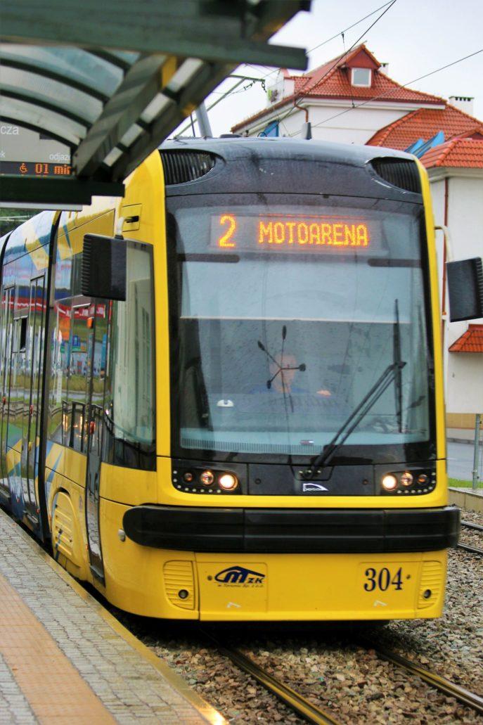 """Toruń. (Tramwaj elektryczny działa od roku 1898) W mieście działa 8 linii dziennych oraz dwie nocne. Na zdjęciu toruński tramwaj """"Pesa-Swing"""" o efektownym malowaniu. Fot. Jerzy S. Majewski"""
