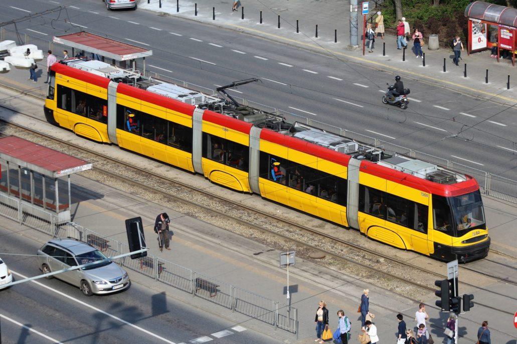 Warszawa. (Tramwaje elektryczne uruchomione w 1908 r.) Obok metra mój ulubiony środek transporty w Warszawie. Marzy mi się realizacja zapowiadanej linii tramwajowej w tunelu pod Dworcem Zachodnim. Ale to chyba odległa przyszłość.. Większość warszawskich tras tramwajowych wytyczona jest na wydzielonych torowiskach co pomagałoby uniknąć korków, gdyby nie skrzyżowania. Obecnie po dekadzie nowych tramwajów Pesy (Swing, Jazz, Twist) zastępujących stare tramwaje chorzowskiego Konstalu Warszawa prawdopodobnie doczeka się nowych składów firmy Hundai, która wygrała przetarg na dostawę nowych tramwajów. Na zdjęciu Pesa-Swing na narożniku Grójeckiej i ul. Banacha. Fot. Jerzy S. Majewski