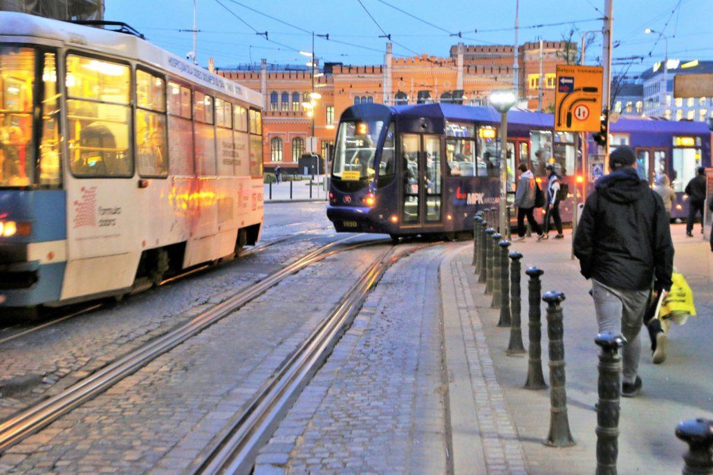 Wrocław. Tramwaje elektryczne we Wrocławiu uruchomione zostały w 1893 r. Dziś to najstarsza istniejąca sieć tramwaju elektrycznego na terenie Polski. Jeszcze przed upadkiem PRL-u w 1989 r. opracowano projekt szybkiego tramwaju. Nie została ona jednak zrealizowana. Na mnie największe wrażenie wywierają tory na ulicach zabytkowego centrum. Wrocławskie tramwaje tradycyjnie malowane są na niebiesko. Na zdjęciu tramwaje na ul. Kołłątaja. W głębi dworzec Wrocław Główny. Fot. Jerzy S. Majewski
