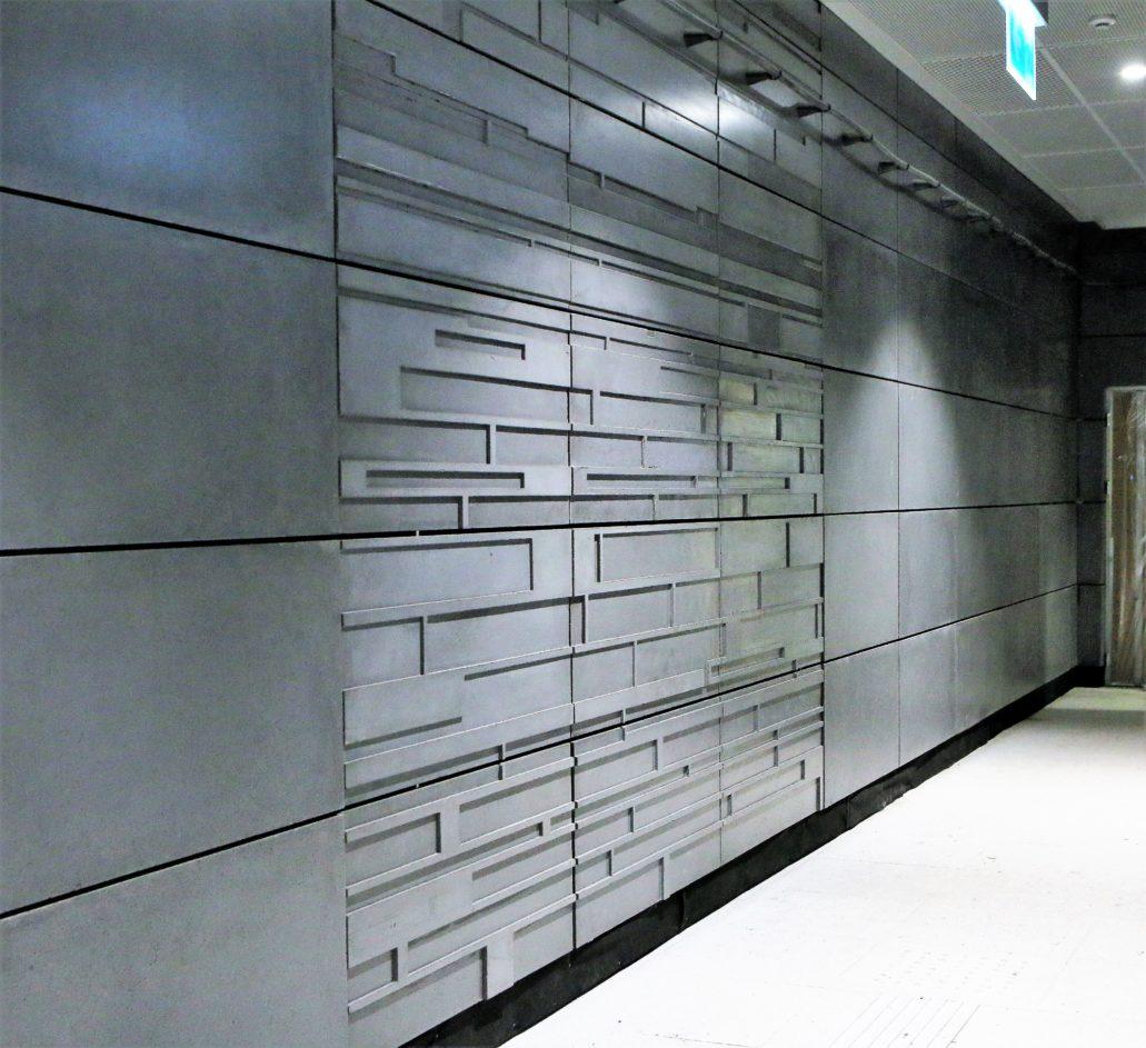 """Warszawa. Stacja metra """"Szwedzka"""". Skromna dekoracja odciśnięta w panelach GRC. Fot. Jerzy S. Majewski"""