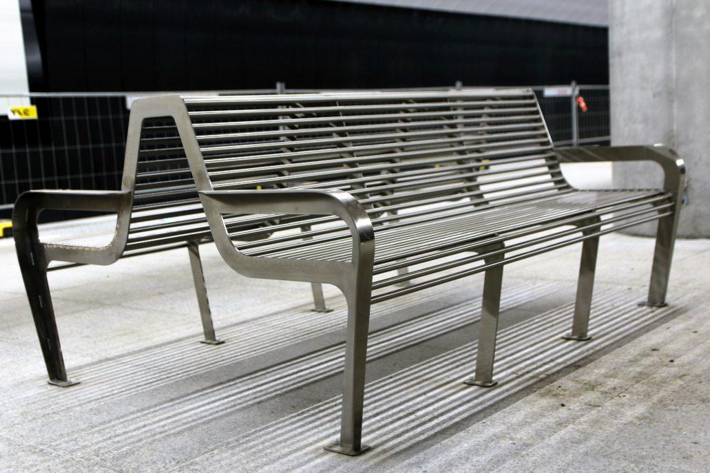"""Warszawa. Stacja metra """"Szwedzka"""". Porażająca sztampą, metalowa, niewygodna ławka na peronie. Fot. Jerzy S. Majewski"""