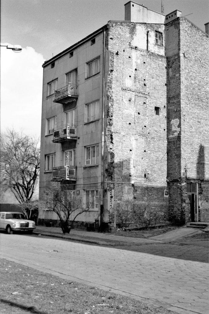 Warszawa. Tak wyglądała jeszcze kilkanaście lat temu resztka modernistycznej kamienicy przy Strzeleckiej 48. Fot. Jerzy S. Majewski