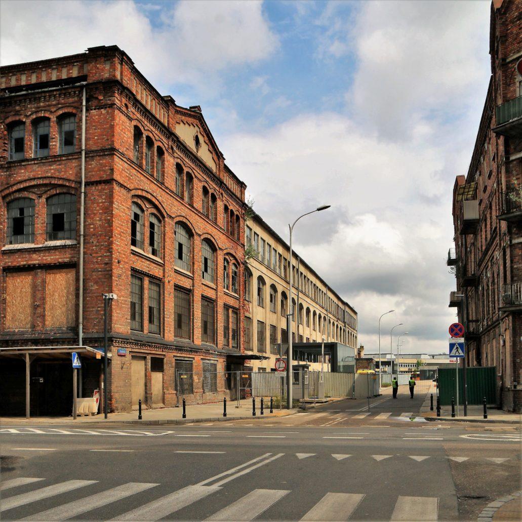 """Warszawa. Ul. Szwedzka. Rychłe otwarcie stacji metra będzie w moim przekonaniu momentem przełomowym w dziejach Nowej Pragi. Jej budowa już pociągnęła za sobą nowe inwestycje. Zmiany w rejonie Szwedzkiej, Stalowej oraz Strzeleckiej już się zaczęły. Na zdjęciu widać budowę kompleksu mieszkalnego przy Szwedzkiej 4, realizowanego przez """"Sp. Invest"""". Budynki mają być gotowe w roku 2020. Fot. Jerzy S. Majewski"""