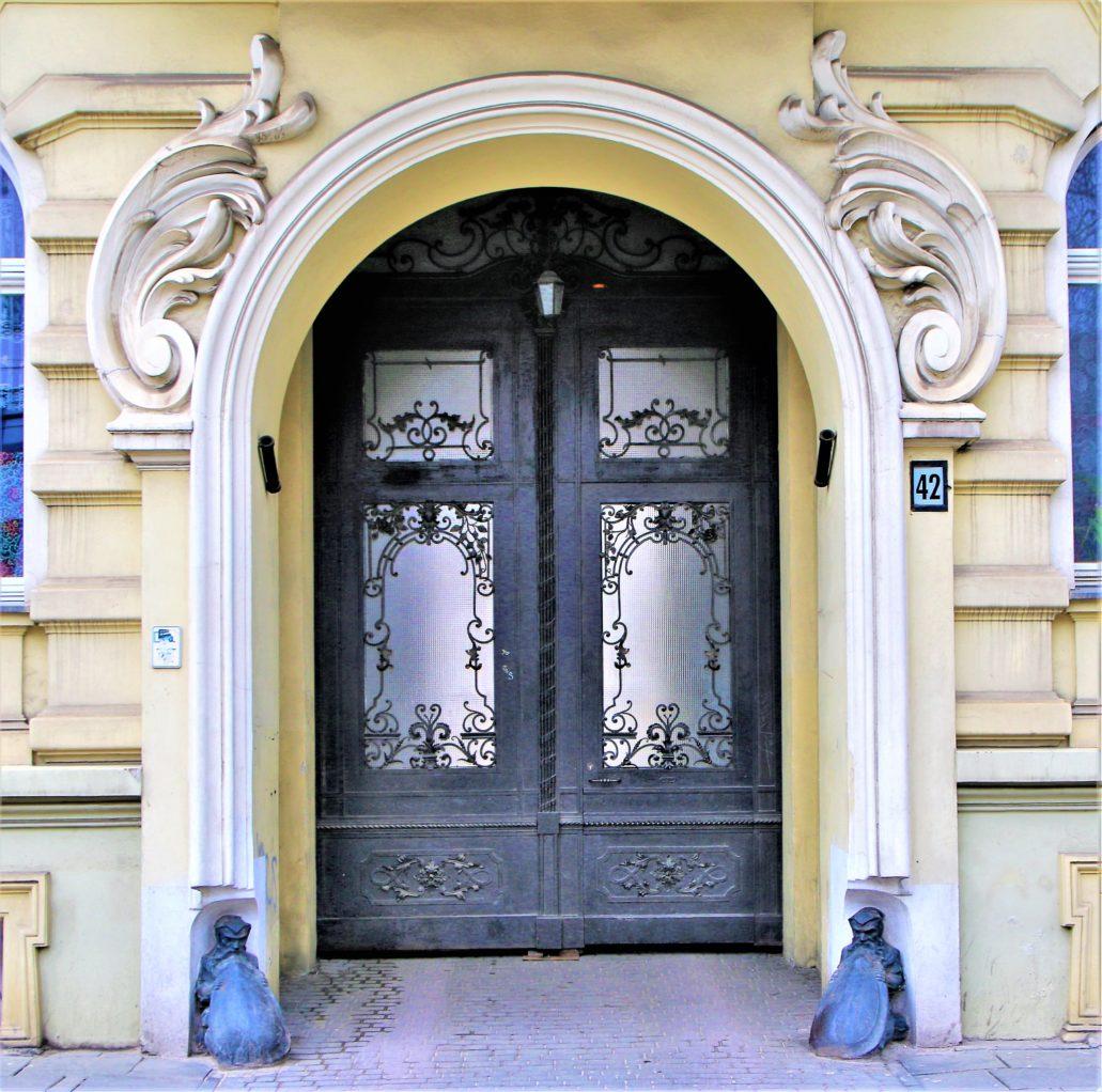 Łódź. Brama neobarokowej kamienicy Kippera z 1897 r.przy Gdańskiej 42. Fot. Jerzy S. Majewski.