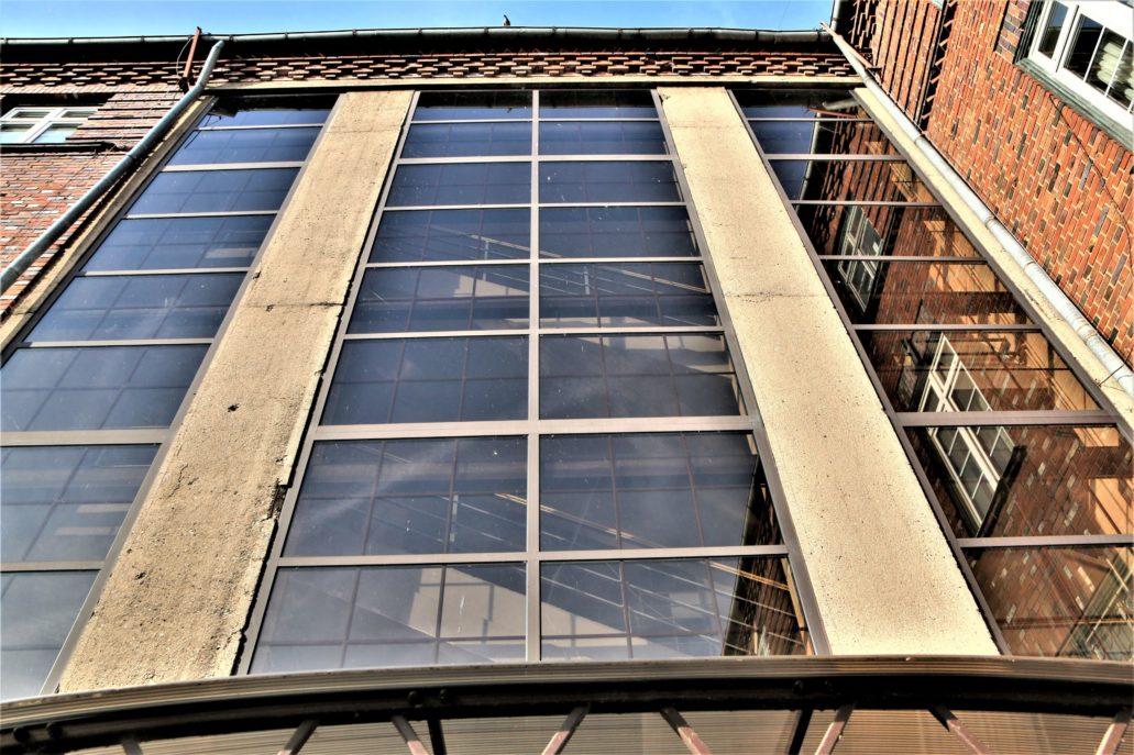 Malbork. Nowy Ratusz. Ogromne przeszklenie klatki schodowej w tylnej elewacji budynku. Fot. Jerzy S. Majewski