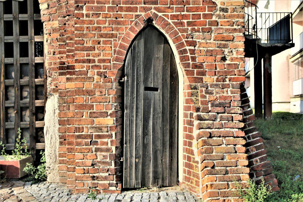 Malbork. Gotycka Brama Mariacka. Ostrołukowy portal bocznego wejścia. Fot. Jerzy S. Majewski