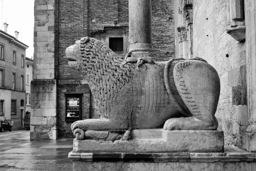 Parma. Piazza Duomo. Lew dźwigający kolumnę portalu katedry. W tle przyziemie drugiej wieży katedry, która zastygła na poziomie pierwszej kondygnacji. Fot. Jerzy S. Majewski