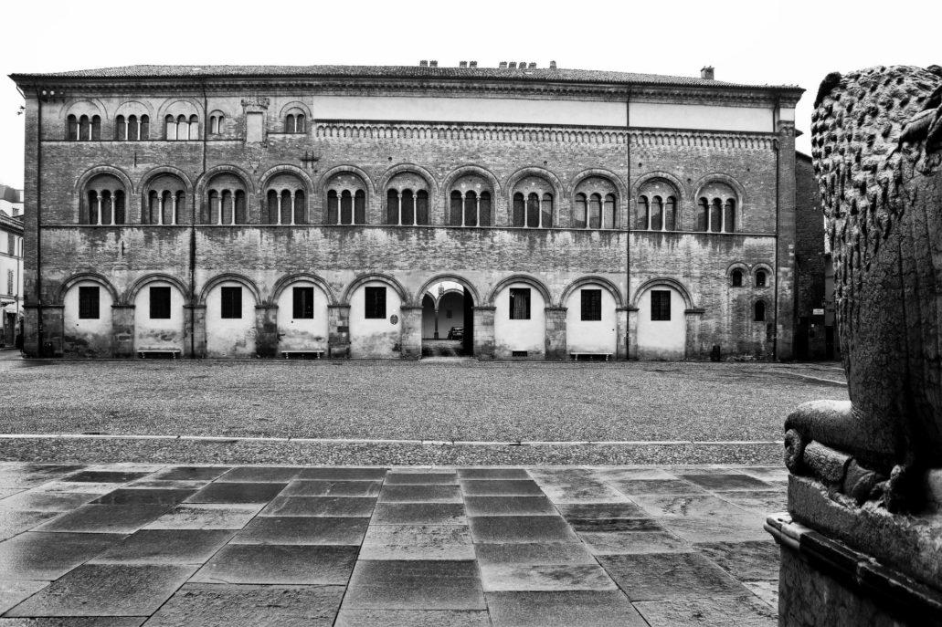 Parma. Piazza Duomo. Fasada pałacu biskupiego. Fot. Jerzy S. Majewski