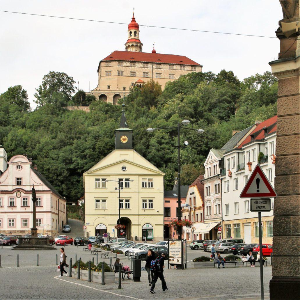 Náchod. Masarykově náměstí. Widok z dawnego Rynku na zamek. Fot. Jerzy S. Majewski