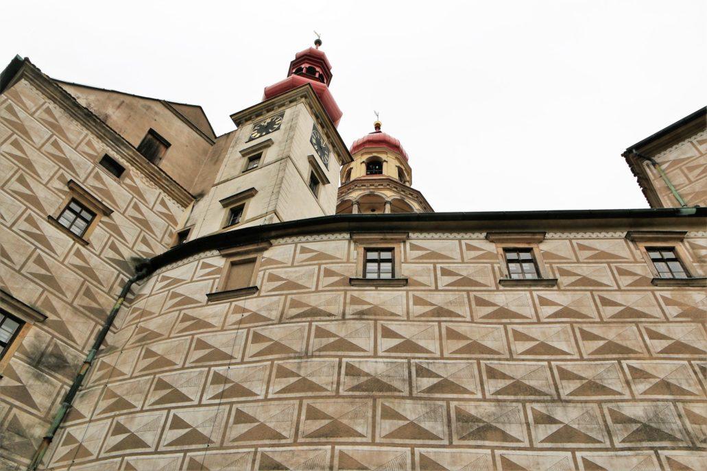 Náchod. Zamek. Fragment elewacji dekorowanej sgraffitem. W głębi wysoka na 50 metrów wieża. Fot. Jerzy S. Majewski