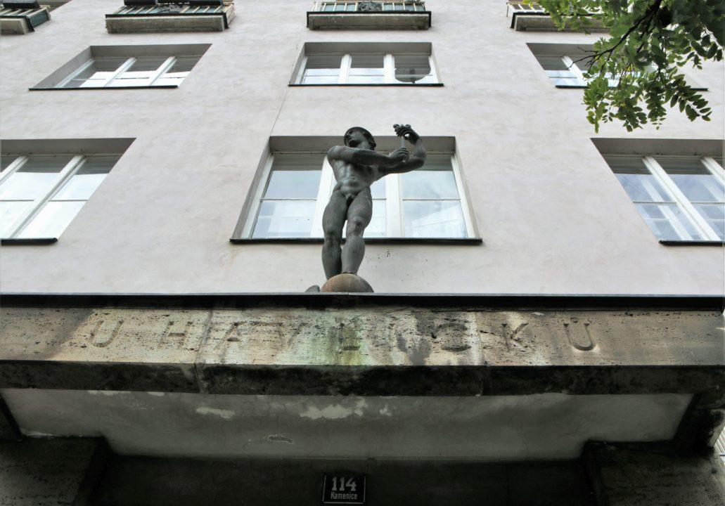 """Náchod. Ul. Kamenice 114. Dom """"U Havlíčku"""". Posąg Merkurego dłuta Jaroslava Horejce. 1930. Fot. Jerzy S. Majewski"""
