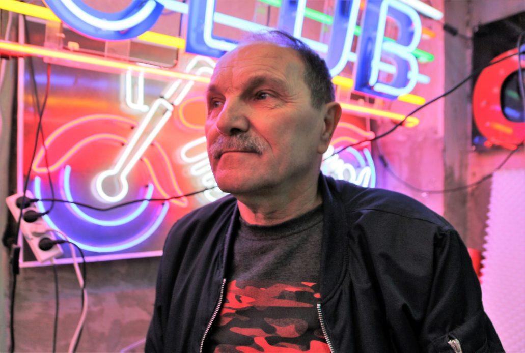 Pan Romuald Szczerba w swojej pracowni neonów Euro Neon Servis przy ulicy Zabranieckiej na warszawskiej Pradze. Fot. Jerzy S. Majewski