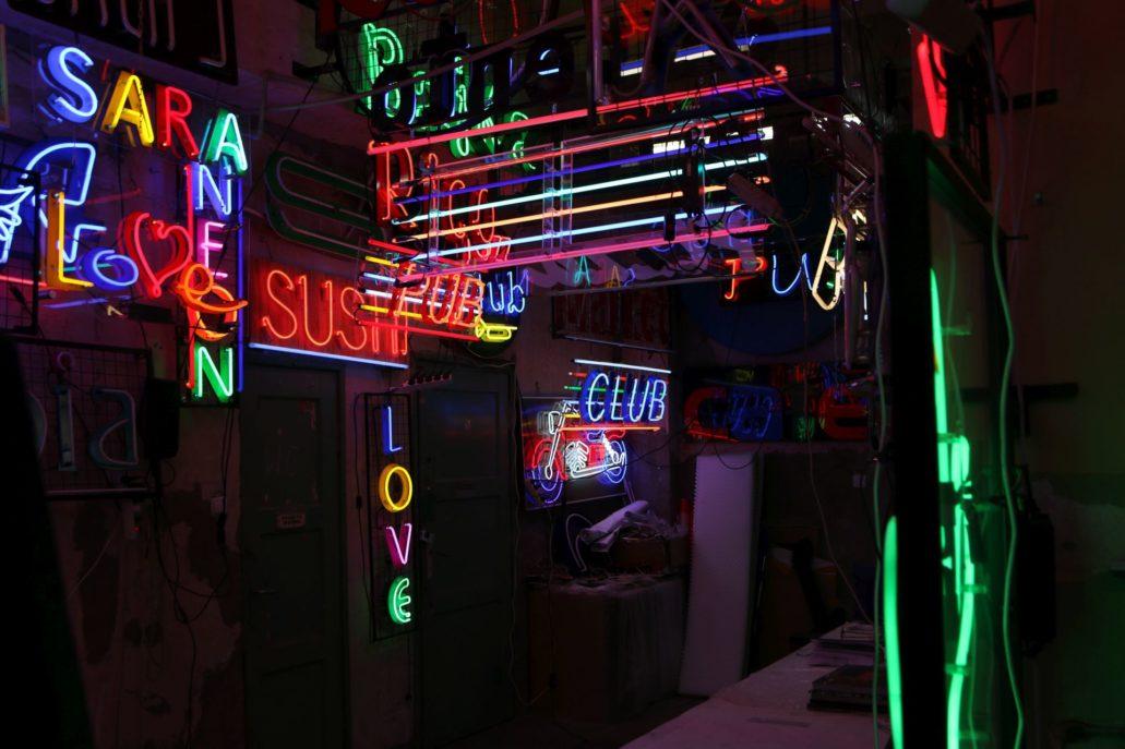 Prawdziwy raj dla miłośników neonów – wnętrze pracowni Euro Neon Servis. Fot. Jerzy S. Majewski