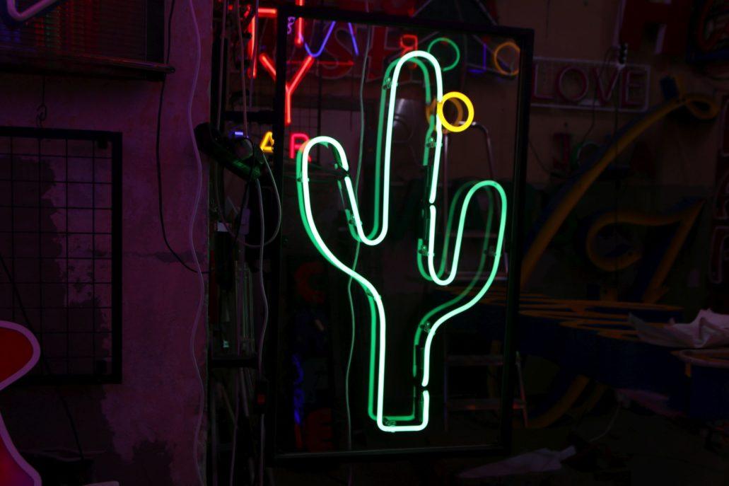 Neon zaprojektowany przez Romualda Szczerbę dla warszawskiej restauracji Blue Cactus z 1999 roku. Po zlikwidowaniu restauracji wrócił do pracowni. Fot. Jerzy S. Majewski