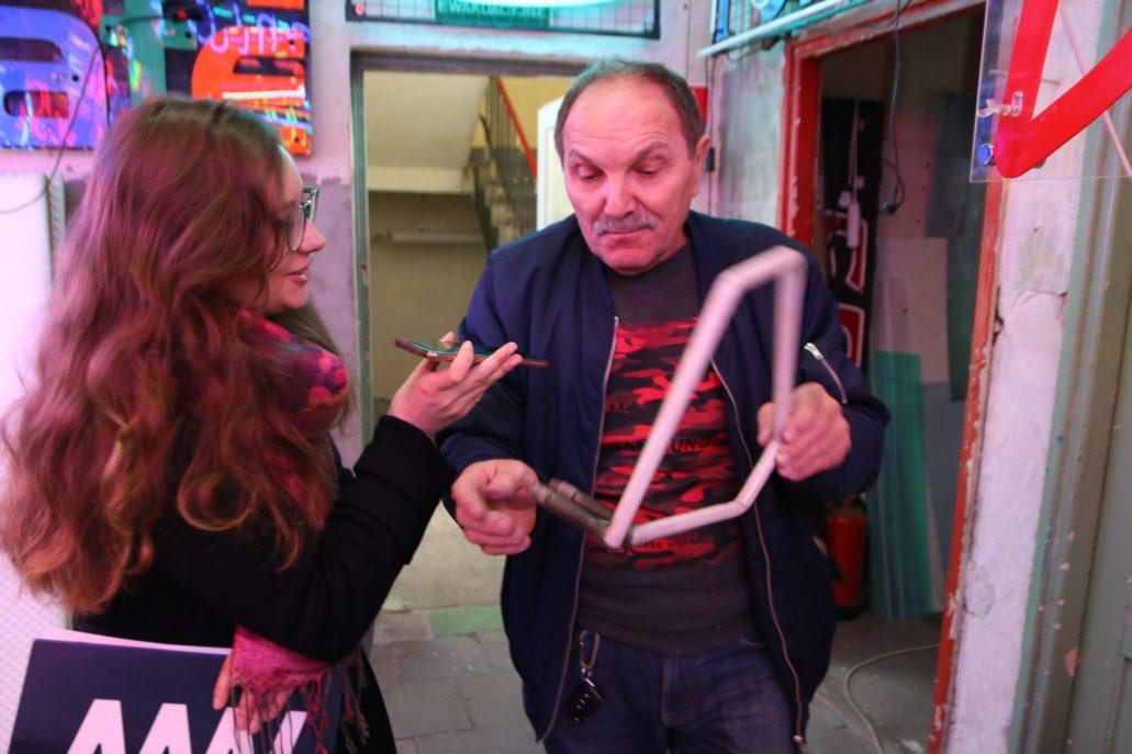 Wisienka na torcie – oryginalny fragment neonu Café Mozaika z ulicy Puławskiej wyprodukowany w latach 70. To z tych kubików powstała legendarna reklama świetlna. Fot. Jerzy S. Majewski