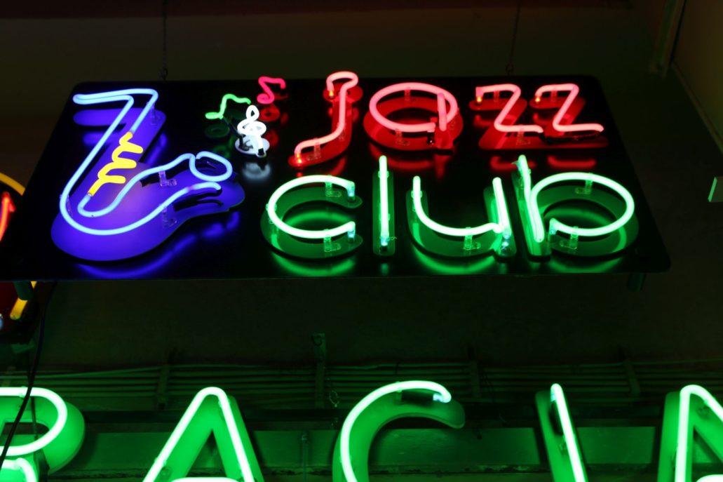 """Neon """"Jazz Club"""" należy do ulubionych reklam świetlnych pana Romualda Szczerby z jego pracowni. Fot. Jerzy S. Majewski"""