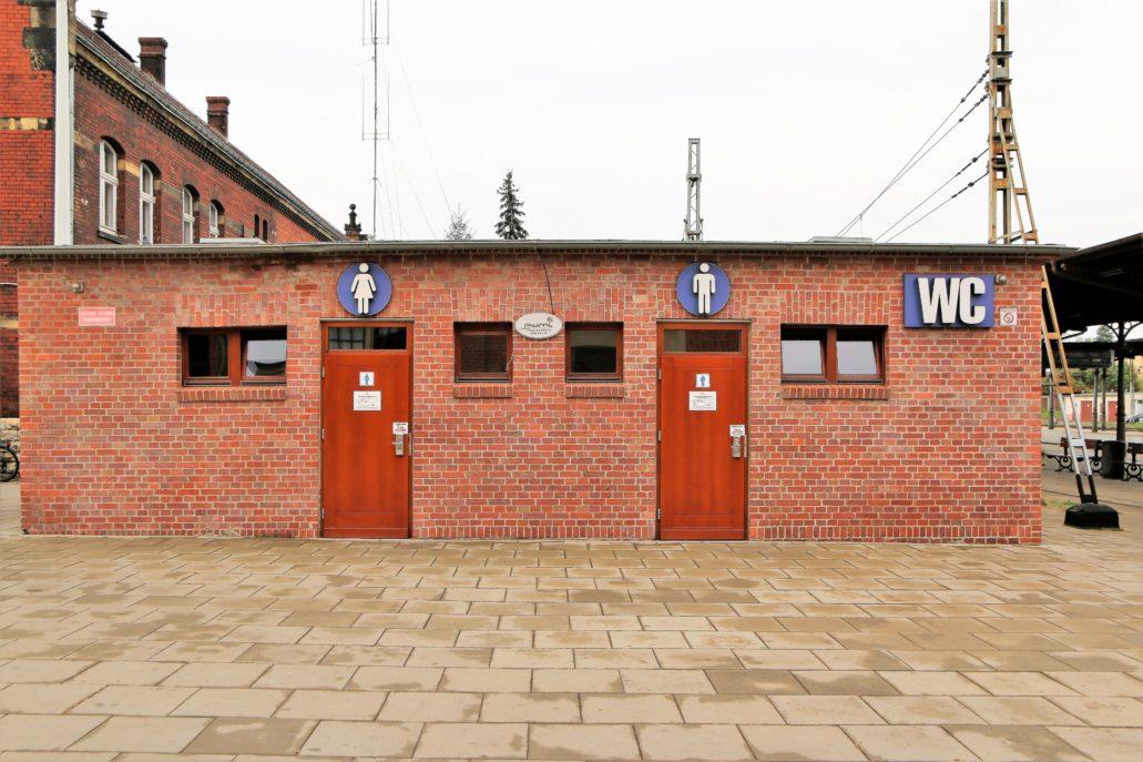 Opole Dworzec Główny. Szalet o ceglanej, minimalistycznej architekturze funkcjonalizmu. Fot. Jerzy S. Majewski