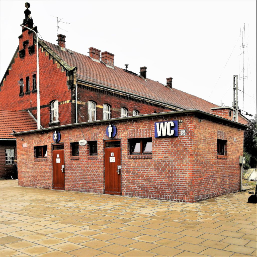 Opole. Dworzec Główny. Prosta architektura szaletu kontrastuje swoją formą z zabudową dworca z końca XIX w. Fot. Jerzy S. Majewski