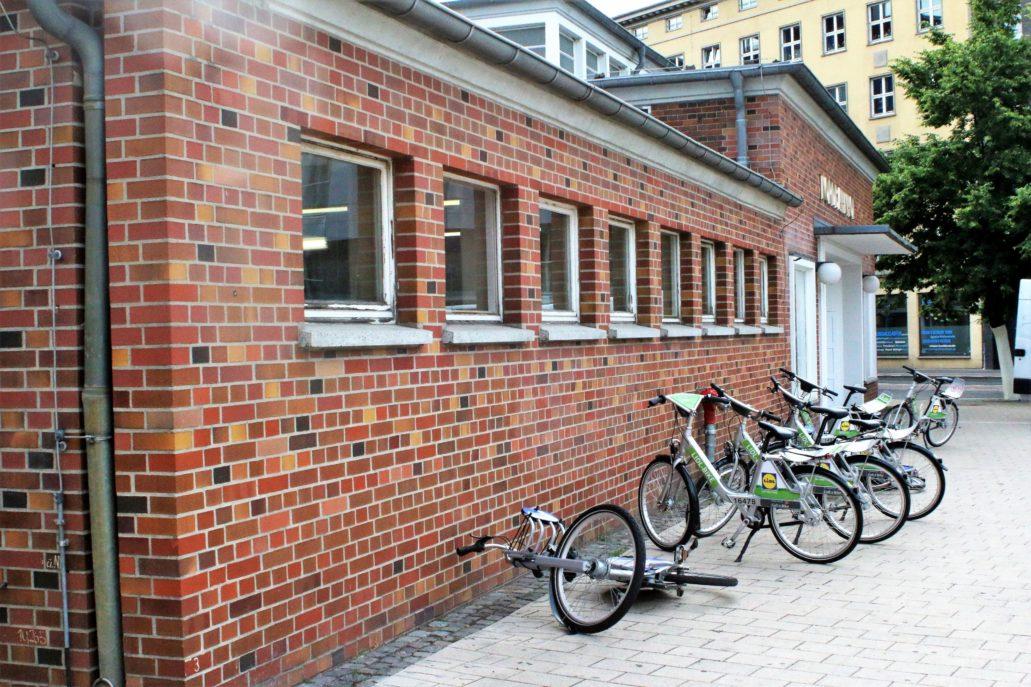 Berlin. Fragment ceglanego pawilonu nad wejściem na perony S-Bahn Nordbahnhof, zaprojektowany przez radcę Gűnthera Lűtticha. Fot. Jerzy S. Majewski