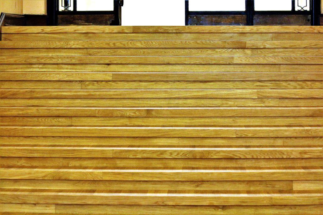 Warszawa. Pałac Kultury i Nauki. Przy okazji remontu Sali Starzyńskiego wymieniony też został parkiet na schodkach wiodących z Sali Starzyńskiego do rotundy przed salą Rady Miasta. Fot. Jerzy S. Majewski